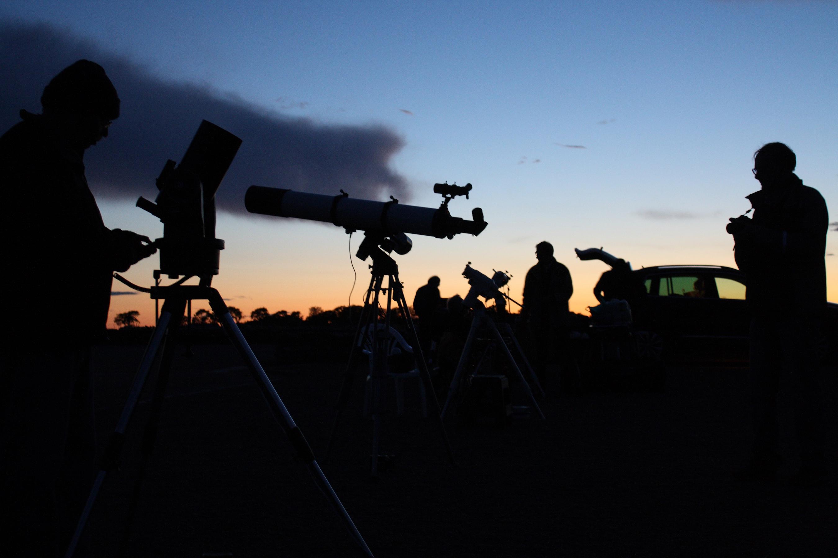 Sagittarius 13 är igång - många är trötta. Vintergatan var fantastiskt fin.Kvällen inleddes annars halvklart efter en eftermiddag med åsk- och regnskurar. Håll utkik på hemsidan. fler rapporter följer.