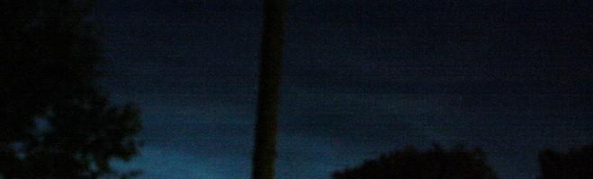 Flera nätter har jag observerat nattlysande moln på den norra himlen, och inatt gick det inte att undvika att också fotografera dem. Det är ingen perfekt bild men ibland får foton ut i mörket genom ett öppet köksfönster duga. Nattlysande moln är för övrigt fortfarande mycket svårförklarigt och molnen, som är en slags släkting till norrsken, befinner sig mycket högt i atmosfären på gränsen till rymden.