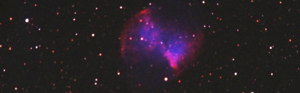 Messier 27 den 27.8.2014 strax före midnatt, 12 tum f10 SC med en reducer-flattner lins, 3x5x20sek RGB, bilden är beskruen. Den röda kanalen var svår att nå fokus på, den ur tydligt ur fokus, och förbättras till nästa gång. Efterbehandling i CCDSoft5, Iris och Adobe Photoshop CC.