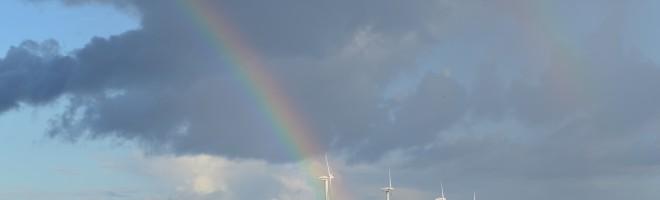 En mycket vacker regnbåge formades över landskapet.