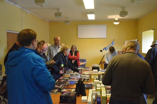 Prylmarknad. Personal från Astrosweden har fullt upp med alla frågor och affärer.