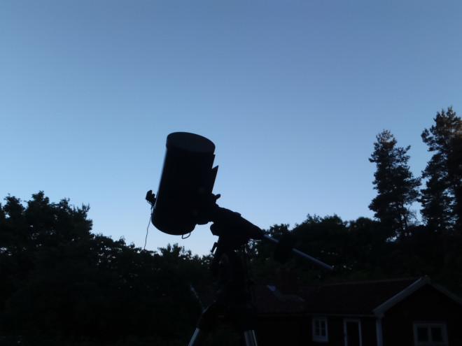 Skymningen sänkte sig över landskapet men det var fortfarande för sommarljust och disiigt av högtrycket för att gå att observera bra.