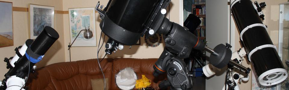En 80-mm f/7 ED-refraktor skymtar till vänster på en NEQ6-montering, i centrum Celestrob CGEM DX med en gammal C9.25-tums SC OTA och till höger SW-tuben på 10-tum f/5 på EQ6