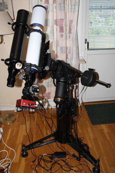 En 80mm ED-refraktor och en 102 mm ED, båda f/7 ljusstyrka, på Celestrons CGEM-DX montering och på den korta pir som jag för några år sedan köpte av numera nedlagda Epsilon Telescopes i UK. Det är en utrymmesbesparande uppställning, men kommersiella tillverkare säljer höga stativ istället, som gärna blir skrymmande och opraktiska att använda.