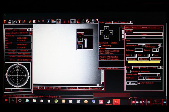 Så här ser datorskärmen ut när Prism version 10 är igång och alla funktioner körs - förutom guidern. Det blir lite trångt. I bakgrunden de första exponeringarna som jag tagit och fortfarande är det min numera gamla SBIG ST-8300M som gäller.