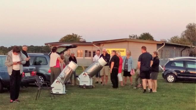 En bild från förra fredagskvällens astroniska visning i samarbete mellan GAF, Grönhögens Astronomiska Förening och Station Linné söder om Ölands Skogsby. Det var sommarens mest lyckade ifråga om väderlek och publikintresse. Foto Jörgen Danilsson