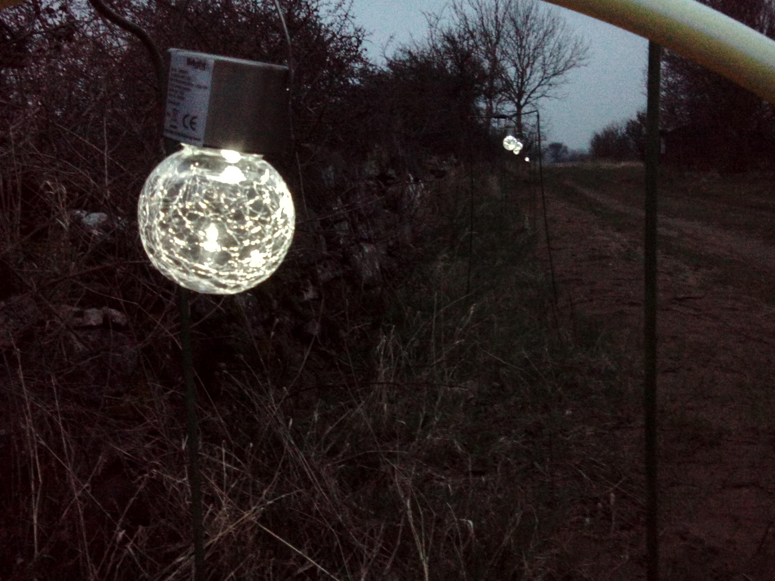 Det här är de lysande glasbollarna i den nya planetvandringen vid Station Linné
