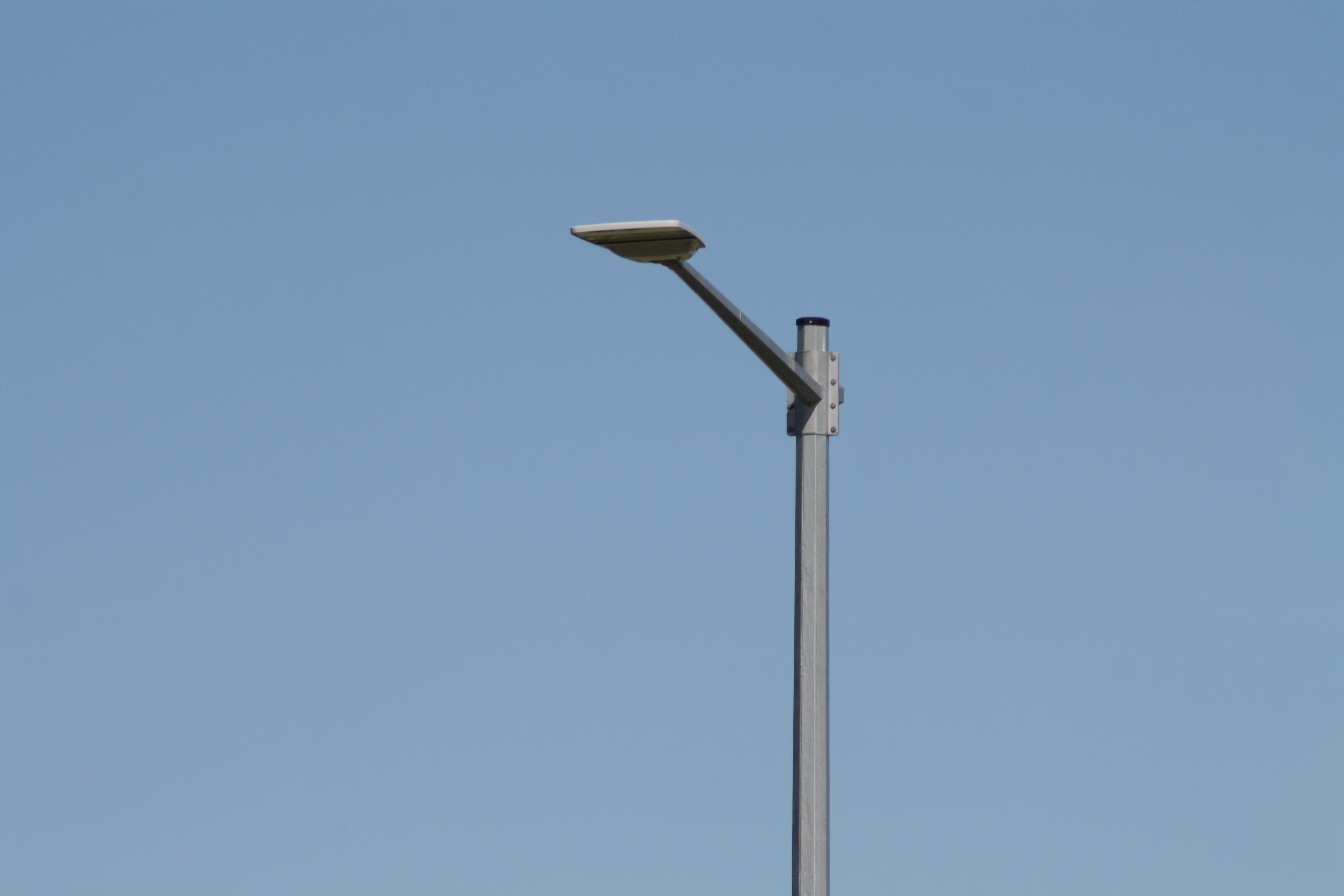 På tisdagen vred Mörbylånga kommuns entreprenör efter önskemål av GAF ner den i våras uppsatta LED-gatlampan vid avtaget från 136 till station Linné. I fortsättningen minskar därmed störningen av bländning och ströljus in över stationens parkeringsplats när vi arrangerar allmänhetens astronomiska visningskväll men utan att trafiksäkerheten äventyras. För gatlampan belyser fortfarande vägen, korsningen och avfarten men på ett korrekt vis.