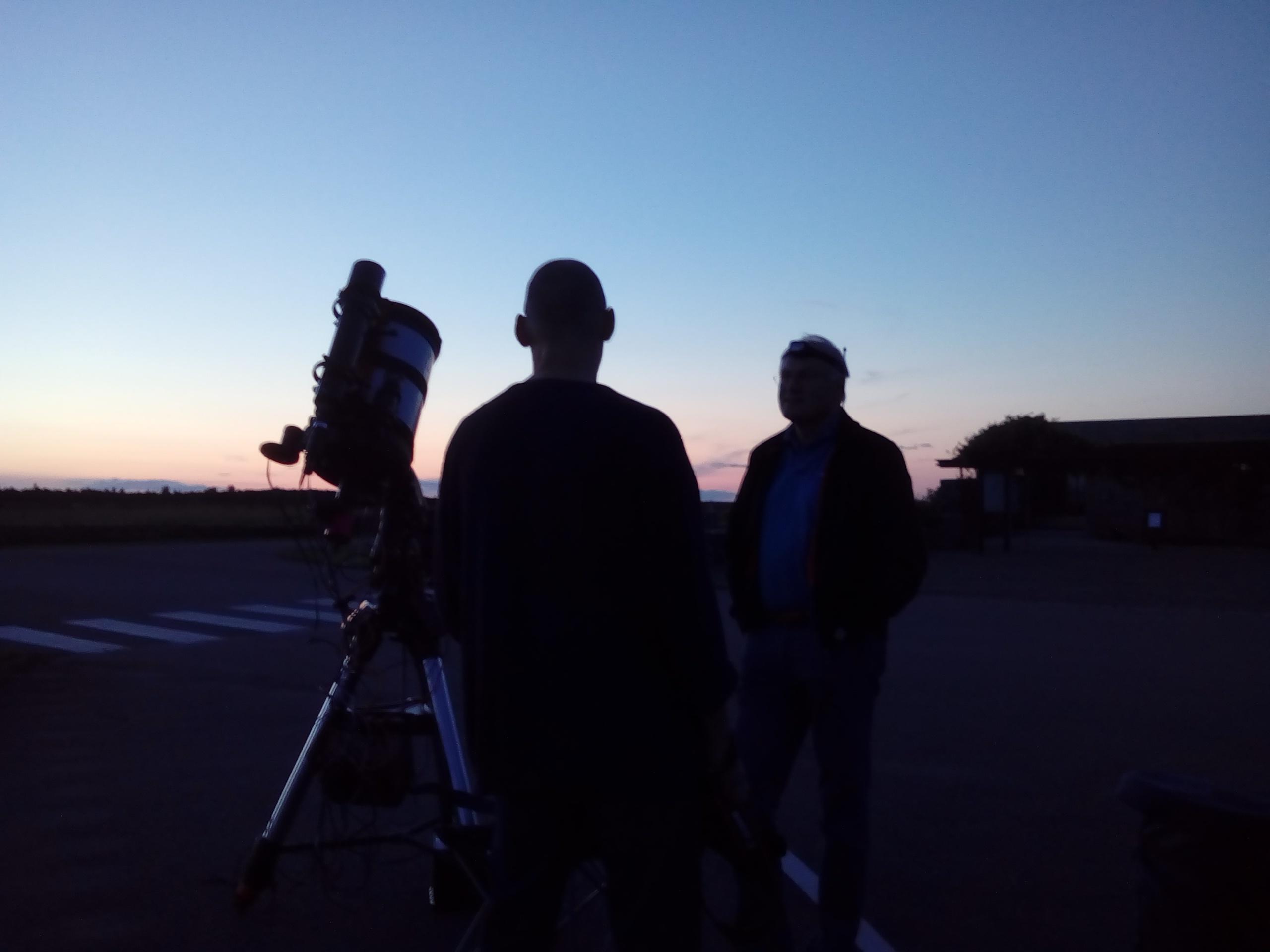 Sagittarius 2017 -Eketorps parkering, en hel del deltagare med instrument hade samlats för en klar men mycket daggig obsnatt. Så det var daggvärmare påsatt som gällde. Foto: Jörgen Danielsson