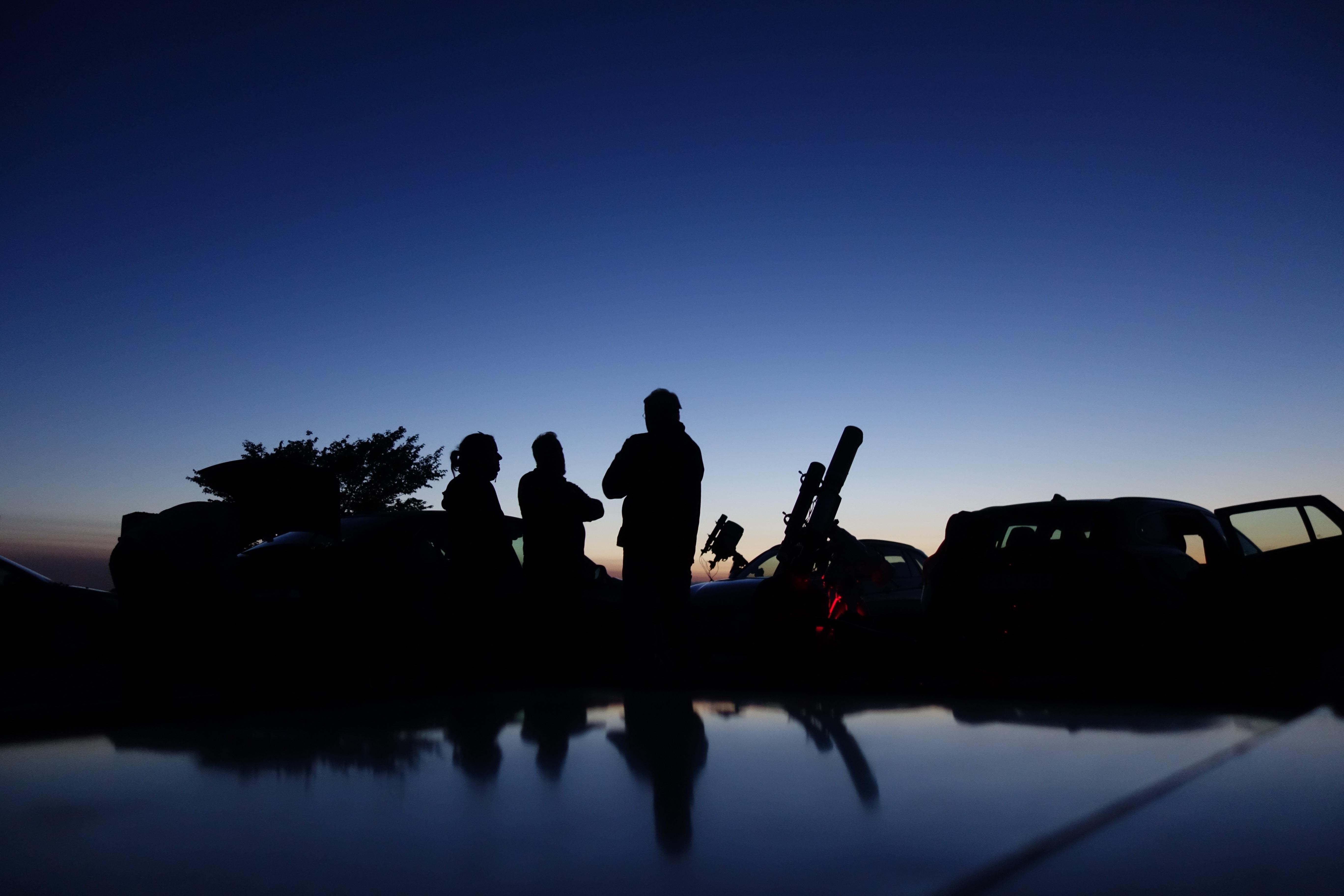 En stämningsbild med fritidsastronomer från Sag17:s första kväll i Eketorp. Foto: Ulf Petersson