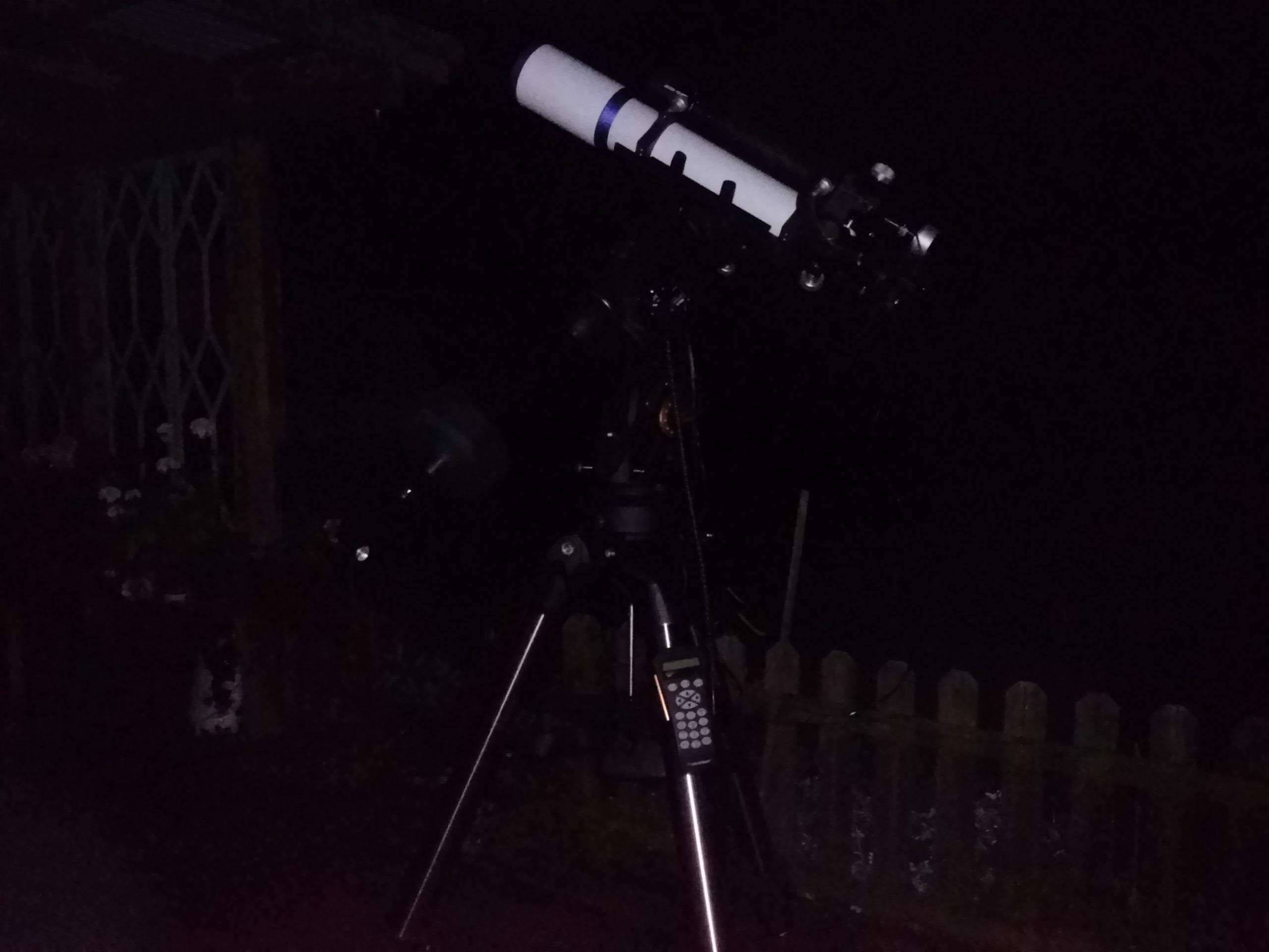 Det går snabbt att komma i astrofotoläge - om nu inte himlen mulnar bakom ett blött dis förstås. Celestron CGEM DX-monteringen uppsatt och utrullad.