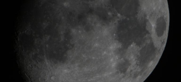 Månen en halvklar kväll