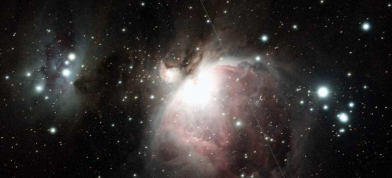 M42 och M43 i Orion på en vidfältsbild