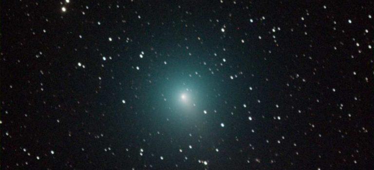 En svag komet på Australiens himmel och en betydligt ljusstarkare i vintras