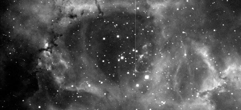 En nästan perfekt nebulosabild i mörkrött