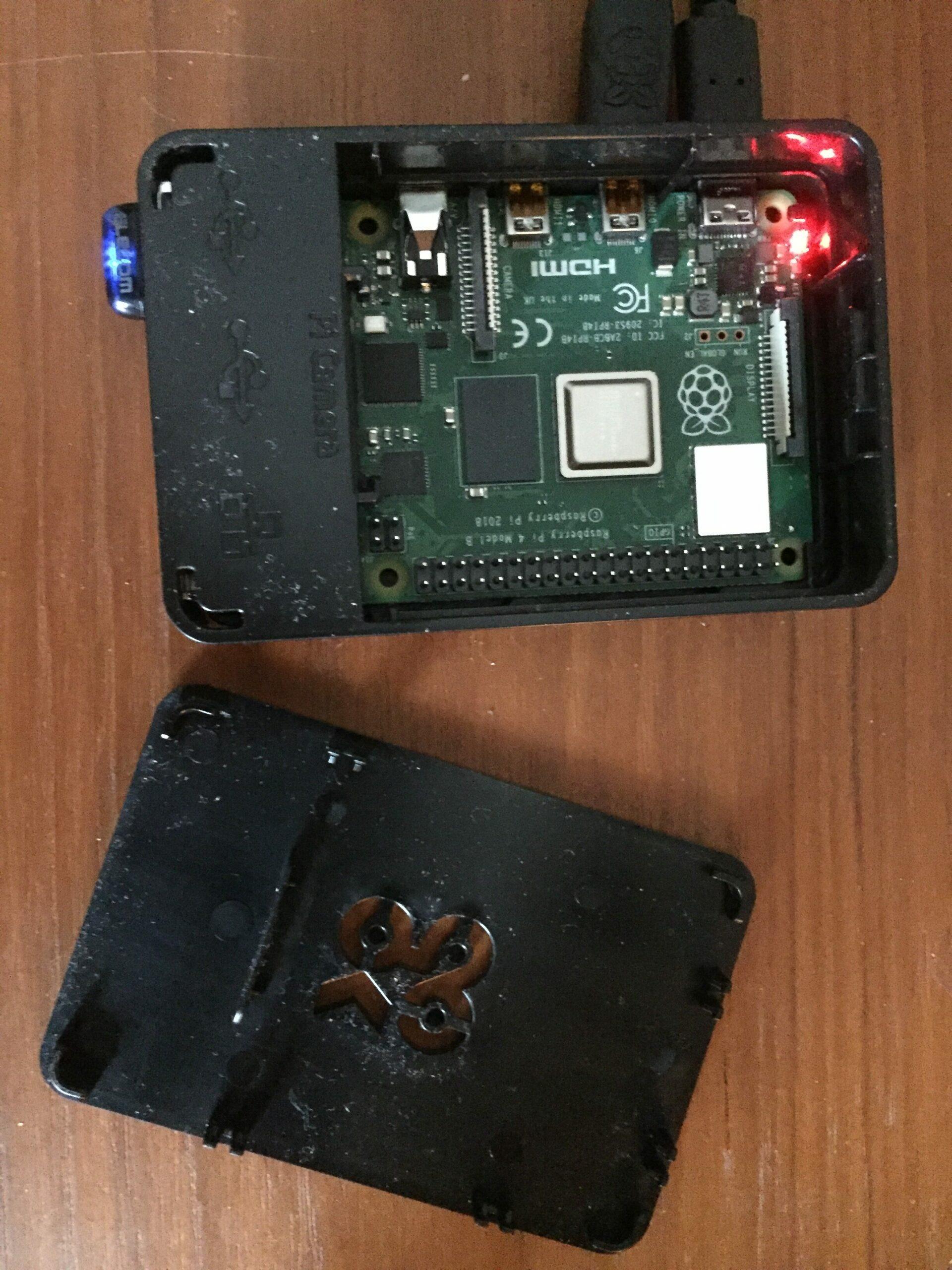 Raspberry Pi 4B med 4GB RAM och 16GB sekundär lagring på ett SD kort är igång och ses här med en extra äldre blåtandsändare som jag satt dit. Som test är en nätkabel ansluten förutom nätkabeln.