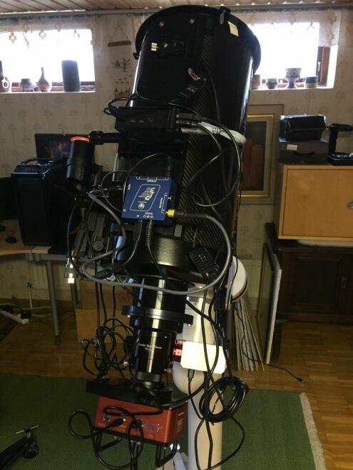 Här ses en nyhet. Ett fjärrstyrt amatörteleskop och det finns bara en enda usb kabel som löper till en PC men den är inget krav.