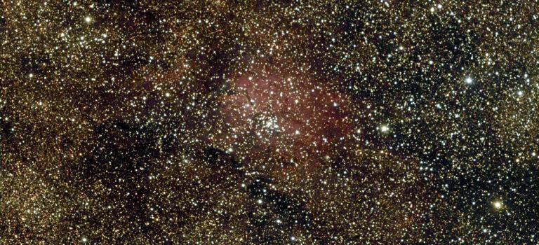 En nebulosa och öppen stjärnhop mot Vintergatan
